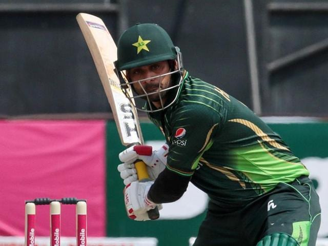 Pakistan batsman Shoaib Malik prepares to play a shot in front of Zimbabwe wicketkeeper Richmond Mutambami during the second T20 at Harare Sports Club, on September 29, 2015.