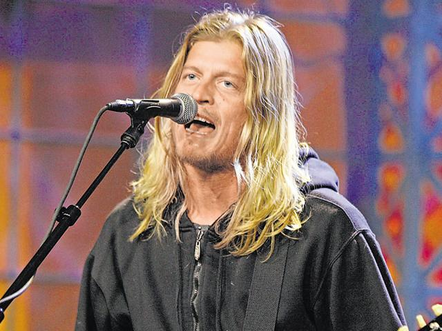 Singer Wes Scantlin of musical guest Puddle of Mudd performs.