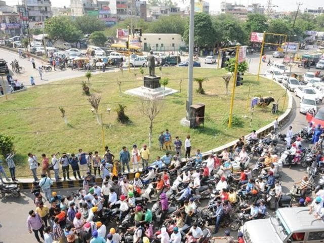 Chanting pro-Khalistan and anti-Badal government slogans, the protesters forced closure of several outlets during the protest march.