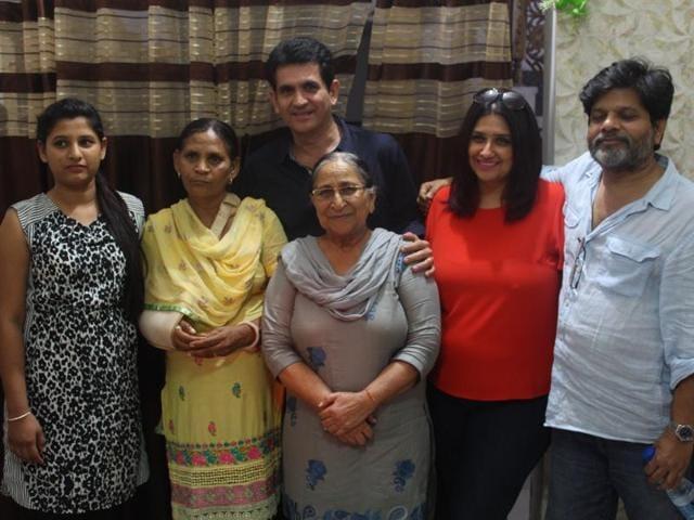 Director Omung Kumar with Sarabjit Singh's sister Dalbir Kaur