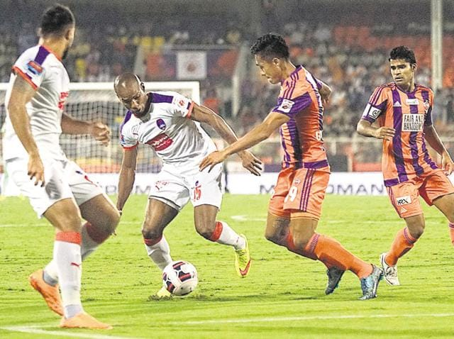 FC Pune City (orange) scored a late goal but it was not enough to avoid a 1-2 loss against the Delhi Dynamos on Wednesday.