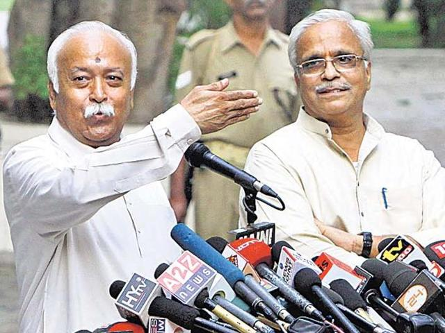 RSS general secretary Bhaiyyaji Joshi (R) said there was a need to verify the honesty and integrity of writers returning awards as their action was vitiating the atmosphere.ARIJIT SEN/ht file