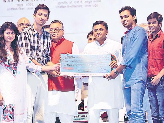 Chief minister Akhilesh Yadav awarding the students of architecture college for designing the Kalam Memorial.