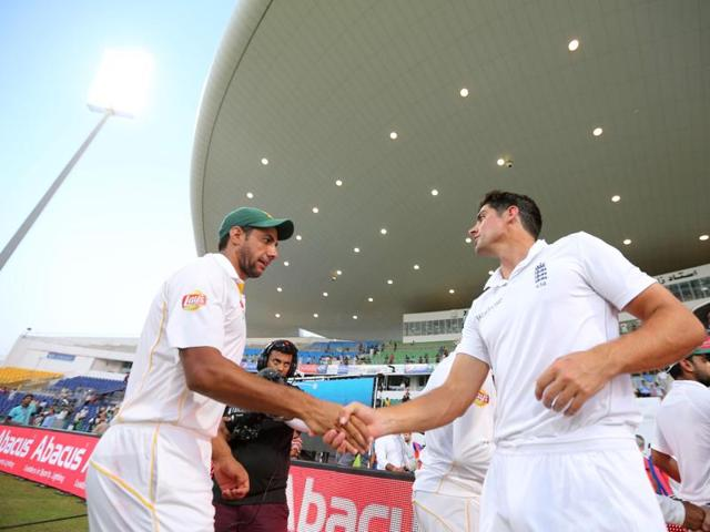 England's Ian Bell (2nd L) shakes hands with Pakistan players at the end as the match is drawn.