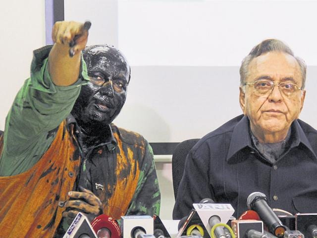 Sudheendra Kulkarni and Khurshid Mahmud Kasuri at the latter's book launch in Mumbai after Shiv Sena activists unsuccessfully attempted to disrupt it.