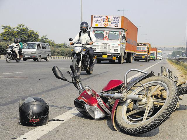 The number of road accident deaths marginally reduced from 487 in 2013 to 430 in 2014, the traffic police said.