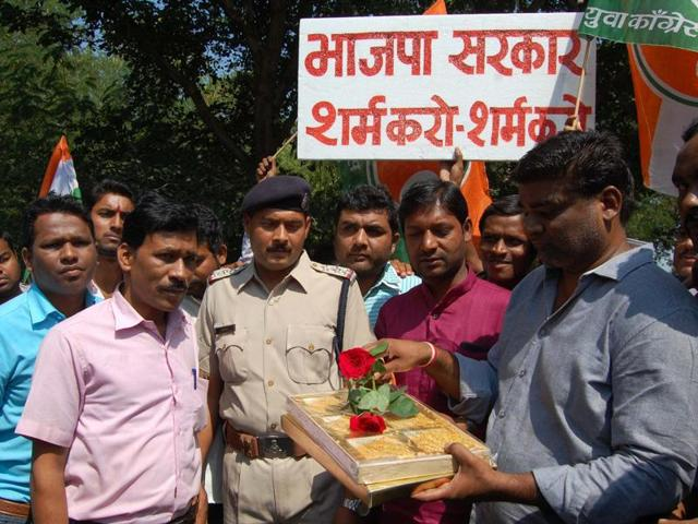 YC activists at food minister Vijay Shah's residence in Bhopal on Sunday.
