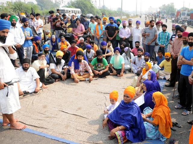 The blockade enforced by the activists resulted in a heavy traffic jam on the main road of the city which connects it with Kapurthala and Kartarpur towns.