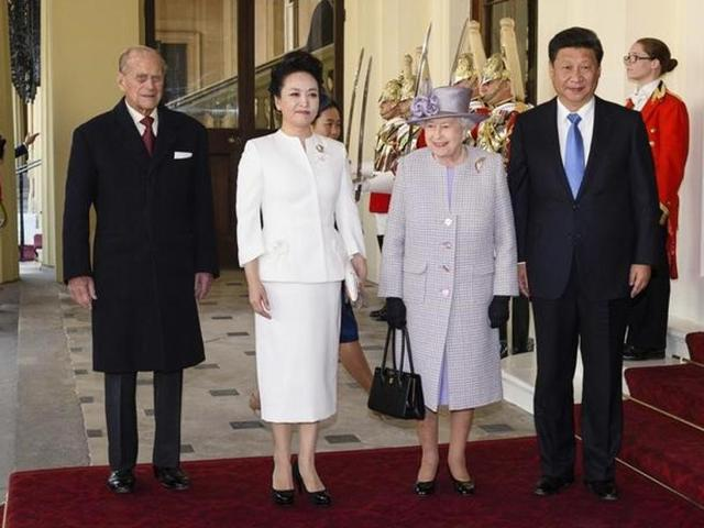 Britain's Queen Elizabeth and Prince Philip stand with China's President Xi Jinping (R) and the president's wife Peng Liyuan (2nd L) as they arrive at Buckingham Palace in London, Britian.