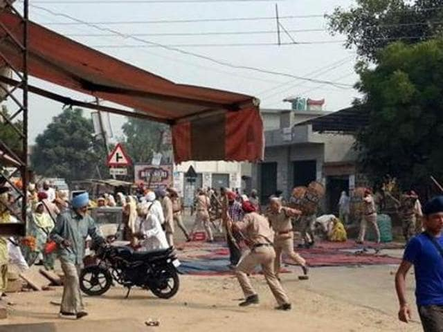 The Punjab Police issued a release saying that a case under Sections 302 (murder), 307 (attempt to murder) and 34 (common intention of a group to commit a crime) of the Indian Penal Code (IPC) and Sections 25, 27, 54 and 59 of the Arms Act has been registered against the police party(HT Photo)