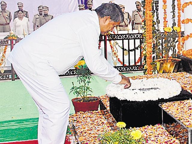 Chief minister Harish Rawat pays tribute to martyrs at police Lines in Dehradun on Wednesday.