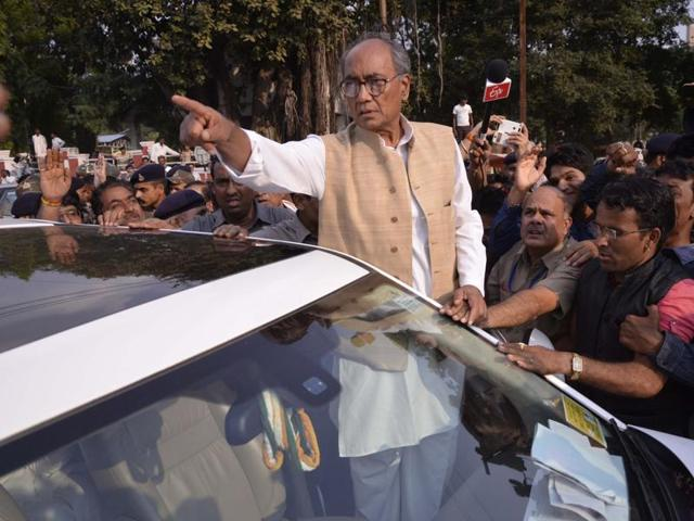 Congress vice-president Rahul Gandhi (second from left) and senior leader Digvijaya Singh (R) during an election rally inMeerut. Singh has rubbished rumours that Senior Congress leaders would be sidelined if Rahul become president.