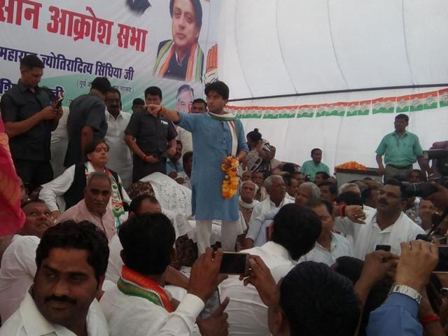 Former Union ministers Jyotiraditya Scindia and Shashi Tharoor at a farmers' meeting at Dabra on Wednesday.(HT photo)