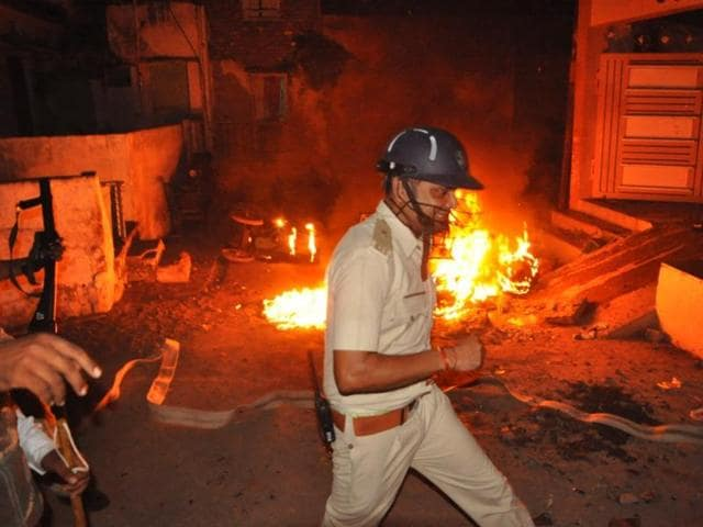 Vehicles were set ablaze in overnight clashes between two communities in Madhya Pradesh's Khargone city. (HT Photo)