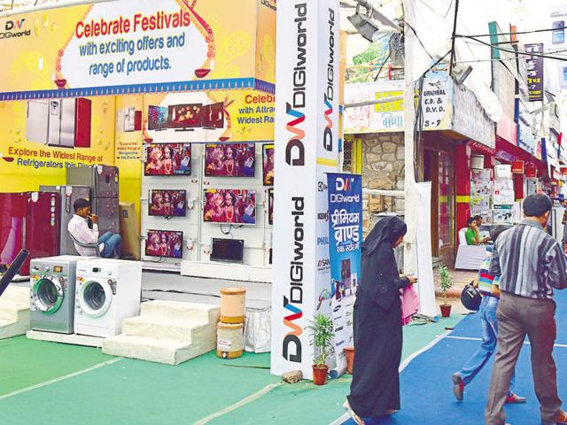 Electronic stores in Jaipur remain vacant this festive season as people opt to shop online.(Prabhakar Sharma/HT photo)