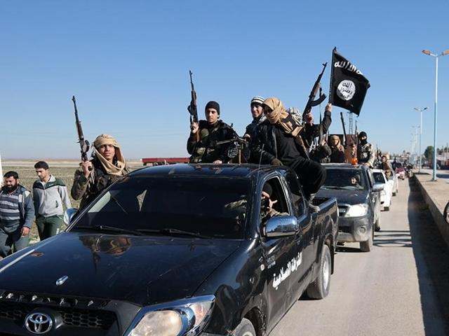 Foreign fighters for the Islamic State in Iraq and Syria (IS) are using crowd funding websites, virtual currencies and online payment systems to finance activities, according to an intergovernmental report.