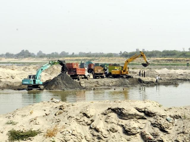Despite many close encounters with sand mining mafias, the Noida police have failed to arrest a single 'big fish' in last one year.(Sunil Ghosh/HT File Photo)