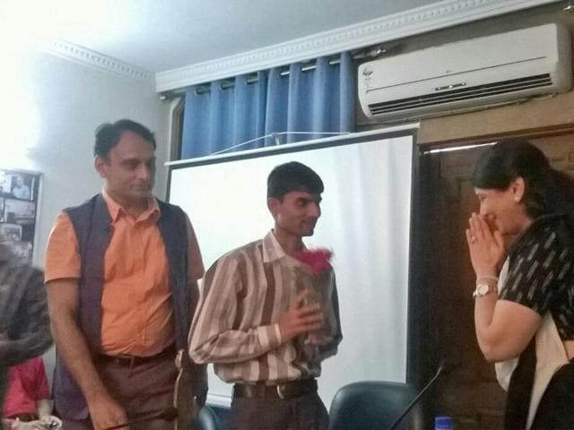 Ashish Chaturvedi being felicitated at Delhi by RSS-affiliated group 'India Policy Foundation' for exposing the Vyapam scam.