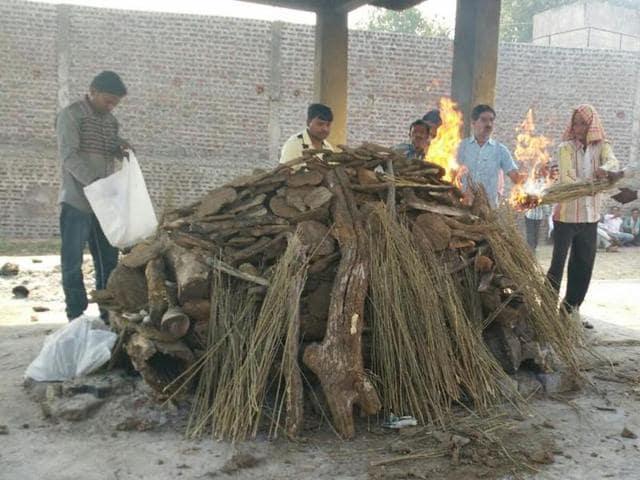 People from Dawal Baidi Mohalla, Sendhwa, cremate Sitaram at the Sendhwa crematorium on Saturday.