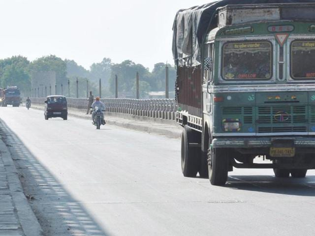 Drivers of trucks and tippers full of goods and grain got a big relief, as they were stuck at the dharna spots for the last 11 days. As soon as the dharnas were lifted, they left for their destinations.