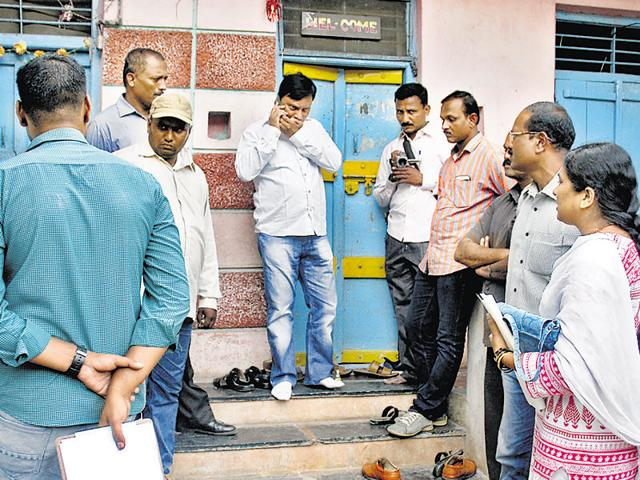 Police officials at Sameer Gaikwad's house in Sangli for investigation in Govind Pansare murder case.