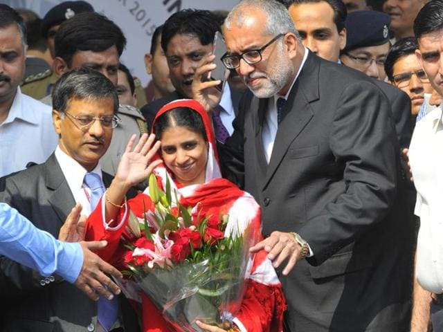 Faisal Edhi, left, head of Edhi Foundation, presents a bouquet of flowers to Geeta prior her departure from Karachi, Pakistan.
