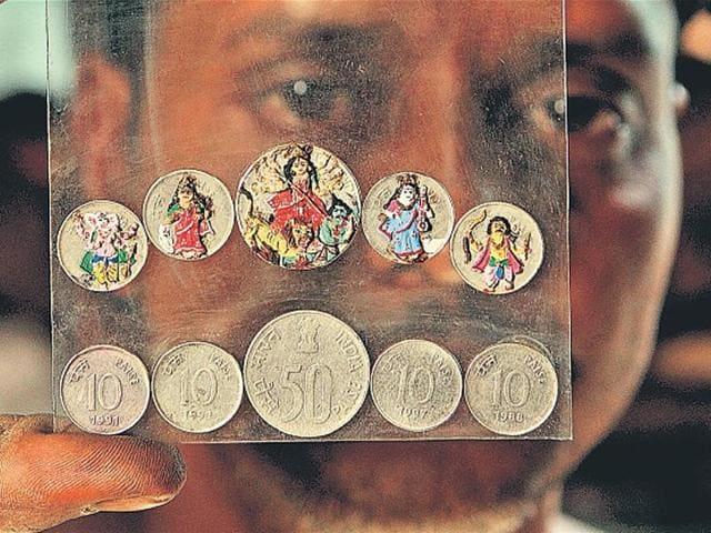Amit Pal with his miniature idols.(Subhendu Ghosh/HT photo)