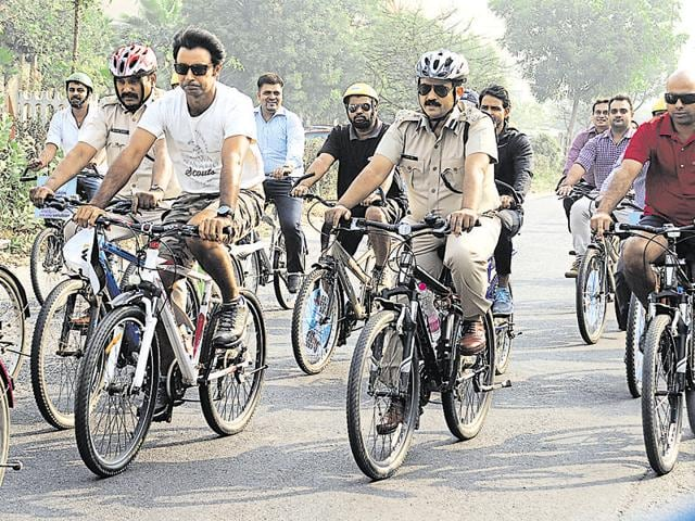 Joint commissioner of police Saurabh Singh and golfer Jyoti Randhawa in Gurgaon on Tuesday to promote car-free day.