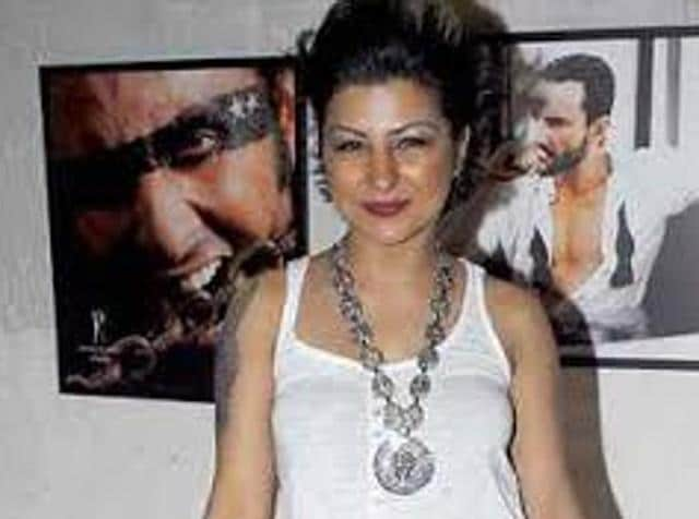 Hard Kaur was performing at Lucky restaurant on Wednesday when some children climbed up on the stage to dance. The singer got angry and threw a microphone towards the audience.
