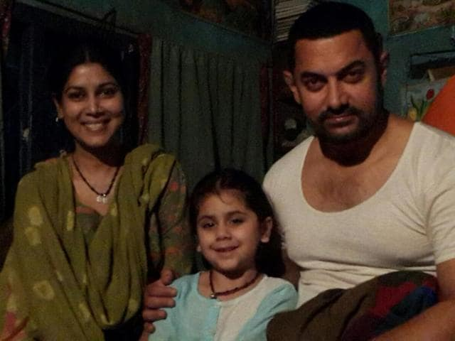 Actors Sakshi Tanwar, Ananya and Aamir Khan in Amritsar during the shooting of 'Dangal'.(HT Photo)