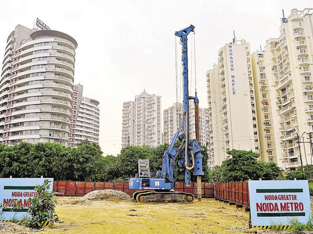 The six stations are part of the 6.8-km City Centre-Sector 62 Metro link on which work is currently underway. It also needs to find land for the 3.9-km Kalindi Kunj-Botanical Garden Metro link.(HT file photo)
