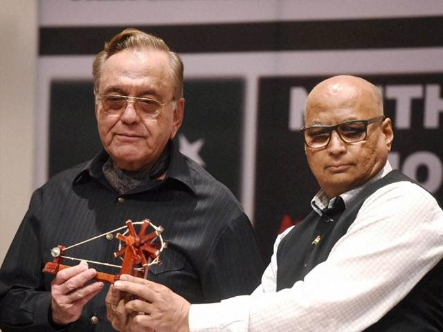 Former foreign minister of Pakistan Khurshid Mahmud Kasuri is presented a memento by ORF Chairman Sudheendra Kulkarni during the release of his book