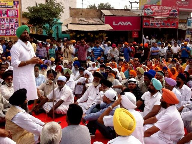 Congress spokesperson Sukhpal Singh Khaira addressing the protestors in Kapurthala.
