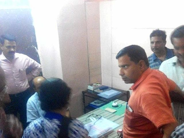 Lokayukta police, Indore caught Sanawad municipal council chairman while he was accepting bribe of Rs 10 lakh at Indore's Jaora compound on Saturday.