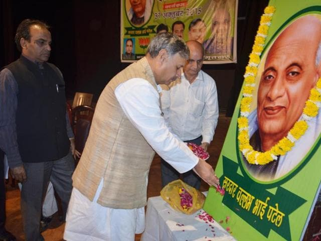 Union minister of state for defence Rao Inderjit Singh paying floral tributes on the occasion of the 140th birth anniversary of Sardar Vallabhbhai Patel in Amritsar on Saturday.