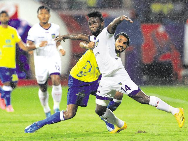 Joint top-scorer Steven Mendoza (white) of Chennaiyin FC was unable to lead his team to a win against bottom-placed Kerala Blasters on October 31, 2015.