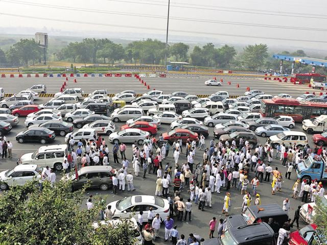 Vehicles moved at a snail's pace on the flyway as workers of the Samajwadi Party sang and danced on the road.