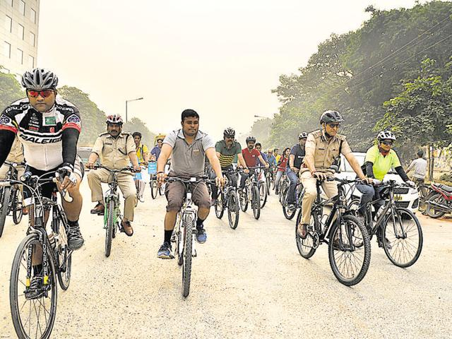 Gurgaon commissioner of police Navdeep Singh Virk (second from right) and other officials participate in the cycle rally that started at 8am from Unitech Cyber Park and proceeded to Baani Square on Tuesday.