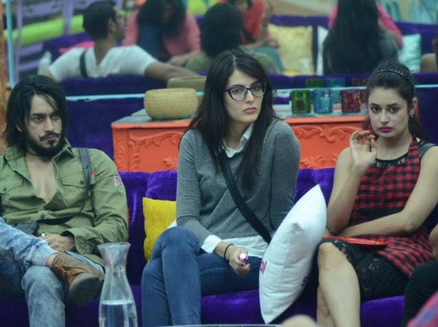 Rishabh is seen flirting with Yuvika through the day and Prince gets jealous when Yuvika hides Rishabh's protein shake, making him beg to return it.
