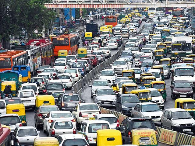 Heavy traffic jam at Ring Road near South Extension . (Vipin Kumar/HT Photo)