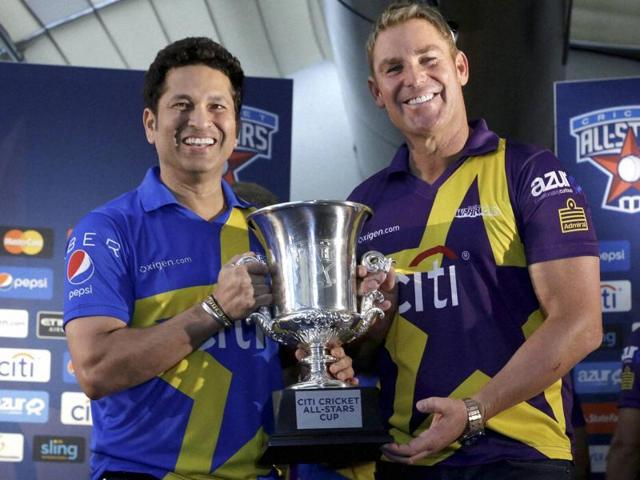 Sachin Tendulkar, left and Shane Warne pose with the Cricket All Stars Cup during a news conference in New York ahead of the three-game series to be played in New York, Houston and Los Angeles, on November 5, 2015.