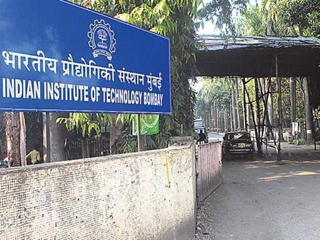 Putting an end to the confusion over a change in the pattern of JEE 2016, the (HRD) ministry has decided to continue the same pattern of JEE 2015 under which 40% weight is given to board marks and 60% to the JEE-Main score.(HT File Photo)