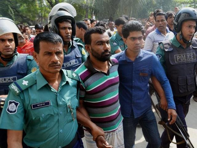 Bangladesh police escort a suspect (C in handcuffs) in a murder case involving the brutal killing of a child, at a court in Sylhet on November 8, 2015.