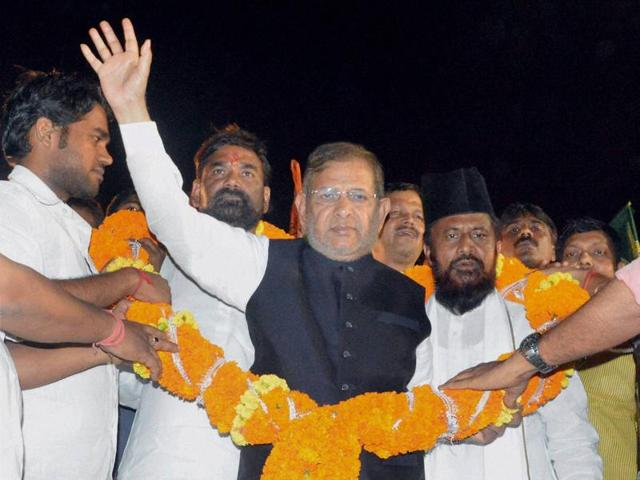 JD(U) national president Sharad Yadav being garlanded by supporters during election rally in Patna.