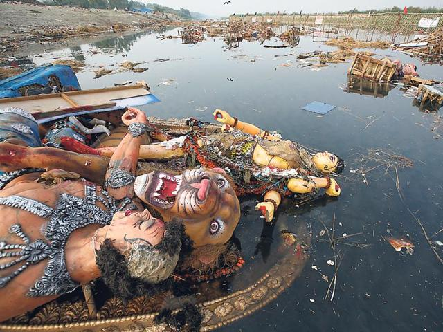 The National Green Tribunal has said that people can immerse idols at designated ghats in the Yamuna.(Arun Sharma/HT)