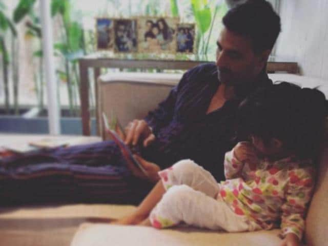 Twinkle Khanna posted a picture of Akshay, where he is seen reading something to her daughter, Nitara.
