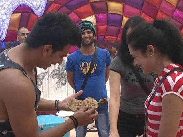 Prince proposing Yuvika with a heart-shaped parantha and a rose on Bigg Boss.