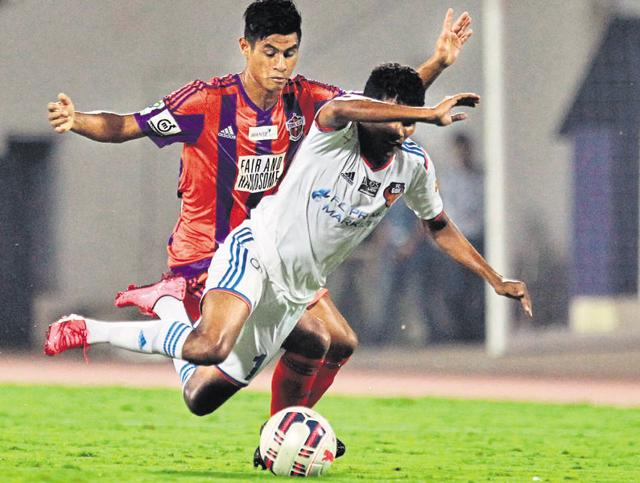 Neither FC Goa (in white) nor FC Pune City could find a winner on Sunday.