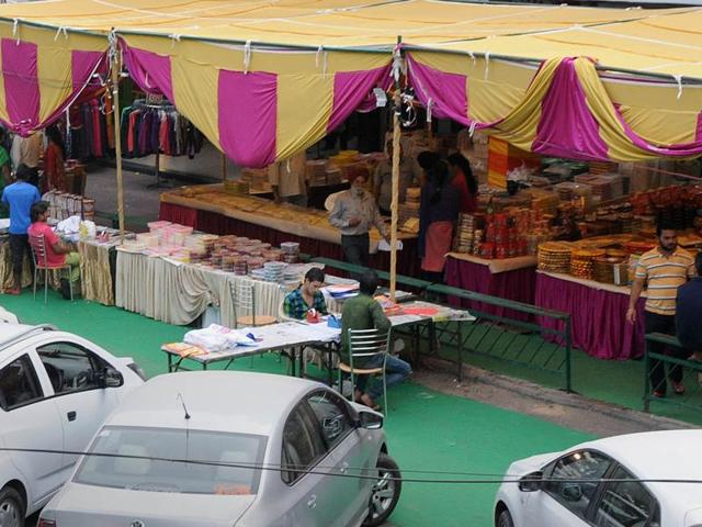 The municipal corporation's decision to allow the stalls in the corridors and road berms has derailed the anti-encroachment drive of the civic body.