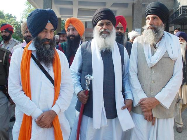 Radicals' jathedar Giani Dhian Singh Mand (centre), who was arrested by the police in Amritsar on Wednesday, along with other radicals, coming out of the civil hospital after a medical checkup in Amritsar on Thursday. November 12, 2015 Photo by Sameer Sehgal / Hindustan Times)